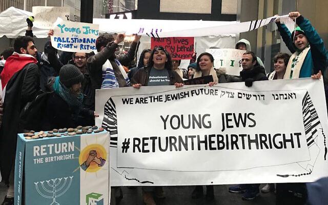 Des étudiants manifestent devant le Ziegfeld Ballroom à New York, le 15 avril 2018. (Autorisation : Jewish Voice for Peace via JTA)