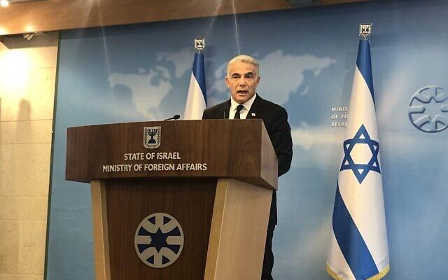Le ministre des Affaires étrangères Yair Lapid lors d'un briefing au ministère des Affaires étrangères à Jérusalem, le 25 juillet 2021. (Crédit : Lazar Berman/ Times of Israel)