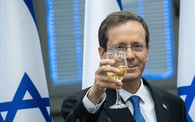 Isaac Herzog lève un toast à la Knesset après avoir été élu par les législateurs comme 11ème président d'Israël, le 2 juin 2021. (Crédit : Yonatan Sindel/Flash90)