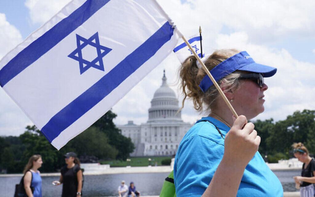 """Une femme assiste à la manifestation """"NO FEAR :Rallye en solidarité avec le peuple juif"""" au Capitole à Washington, le 11juillet 2021. (Crédit : Susan Walsh/AP)"""