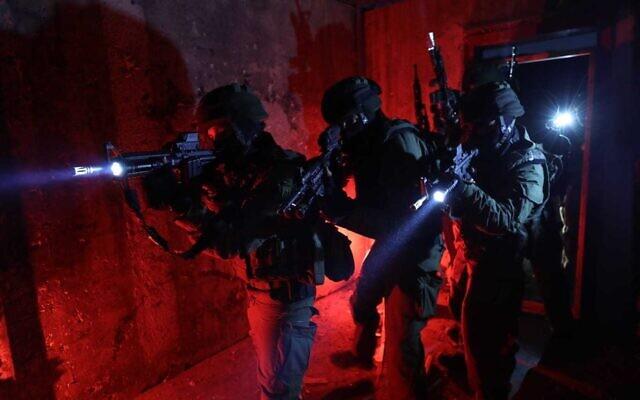Les forces israéliennes lors d'une opération d'arrestation dans la ville de Jénine en Cisjordanie, le 12 juillet 2021.(Crédit : Police israélienne)
