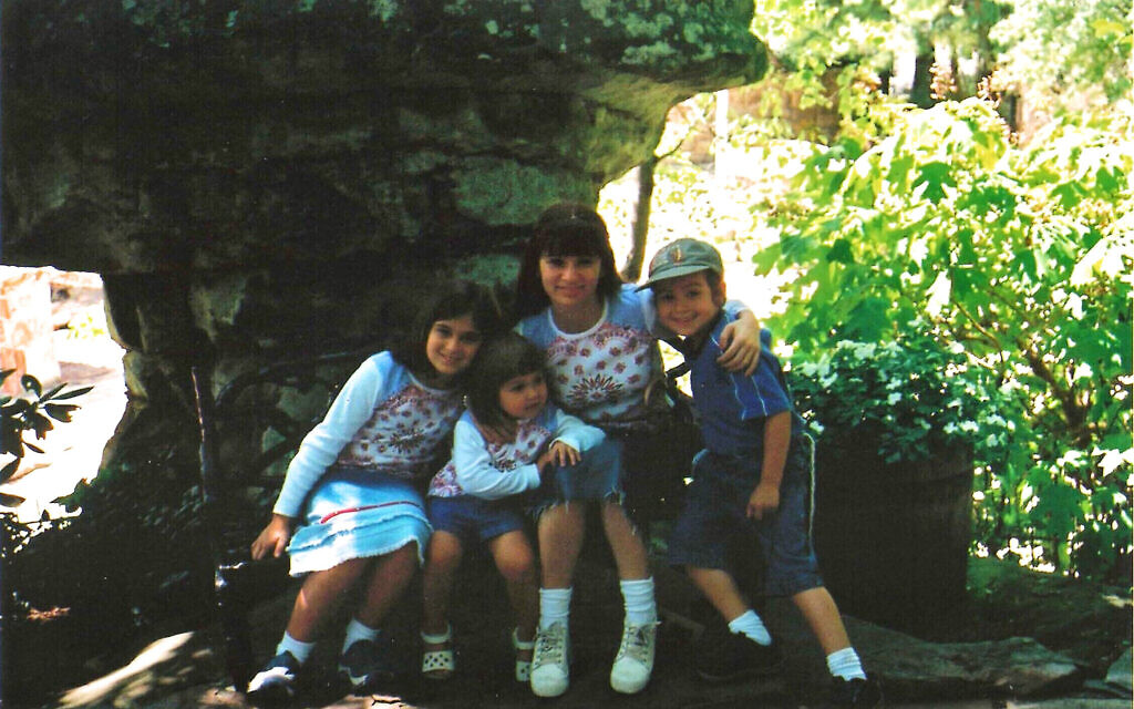 Julia Haart avec ses enfants Batsheva, Miriam et Shlomo à Atlanta en 2002. (Crédit : Elite World Group)