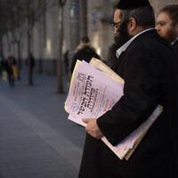 Des représentants du Grand Rabbinat d'Israël délivrent un certificat de cacherout à un restaurant local, dans le centre de Jérusalem, le 31 décembre 2019. (Crédit: Hadas Parush/Flash90)