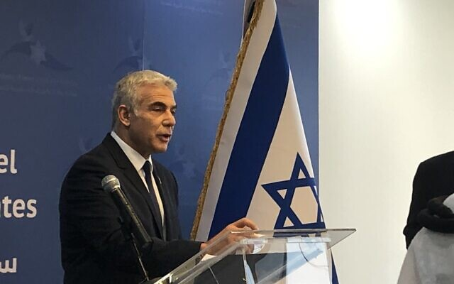 Le ministre des Affaires étrangères Yair Lapid s'exprime lors de l'inauguration de l'ambassade d'Israël à Abu Dhabi, le 29juin 2021. (Crédit : Lazar Berman/Times of Israel)