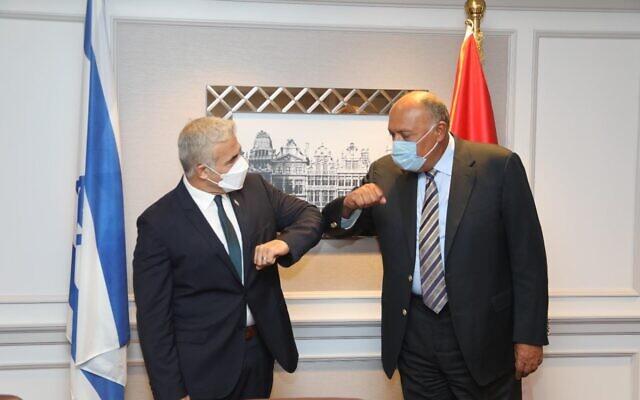 Le ministre des Affaires étrangères Yair Lapid rencontre son homologue égyptien Sameh Shoukry à Bruxelles, le 11 juillet 2021.(Crédit : Gabi Farkash, GPO)