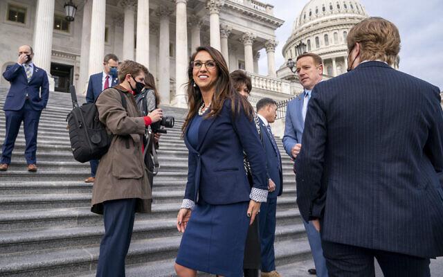 La représentante Lauren Boebert du Colorado, au centre, sourit après avoir rejoint d'autres nouveaux membres républicains de la Chambre pour une photo de groupe au Capitole à Washington, le 4 janvier 2021.(Crédit : AP Photo/J. Scott Applewhite)