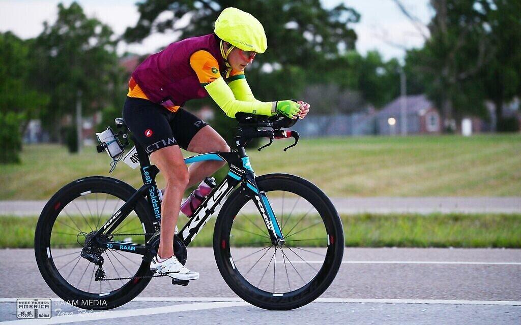 Leah Goldstein dans les 500 derniers miles de la Race Across America 2021, le 24 juin 2021. (Crédit : Tara Roberts/RAAM Media)