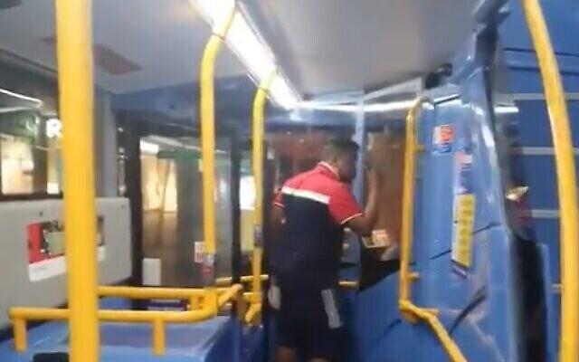 Un homme lance des injures antisémites à un homme juif à Londres, le 3 juillet 2021. (Crédit : capture d'écran via Twitter)