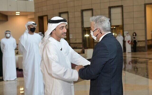 Le ministre des Affaires étrangères Yair Lapid serre la main du ministre des Affaires étrangères des EAU Abdullah bin-Zayed al Nahyan à Abou Dhabi, le 29 juin 2021. (Crédit : Shlomi Amsalem GPO)