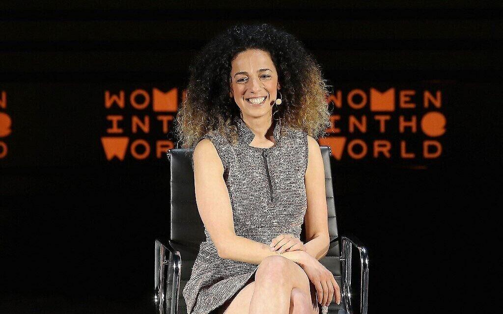 Sur cette photo d'archives prise le 7 avril 2016, la journaliste Masih Alinejad s'exprime sur scène lors du 7e sommet annuel Women In The World au Lincoln Center à New York. (Crédit : Jemal Countess / GETTY IMAGES NORTH AMERICA / AFP)