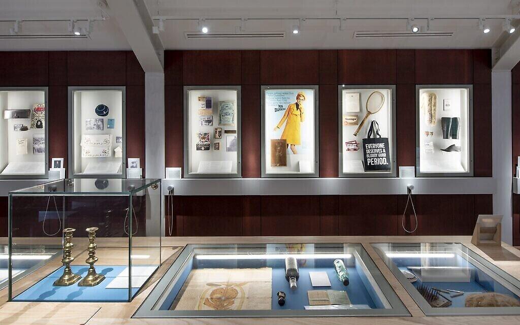 L'exposition permanente du musée juif de Manchester en Angleterre célèbre les racines ouvrières de la communauté, lorsque beaucoup de ses membres travaillaient dans l'acier et le textile. (Crédit  : Chris Payne via JTA)