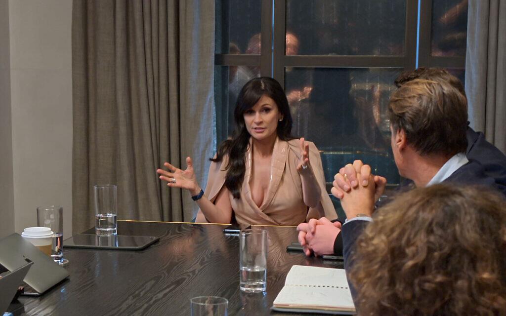 Julia Haart en réunion de travail. (Crédit : Netflix)