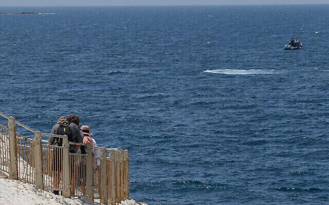 Des bateaux de la marine israélienne sont vus depuis Rosh Hanikra, à la frontière entre Israël et le Liban, dans le nord d'Israël, le 4 mai 2021. (Crédit : Jamal Awad/Flash90)