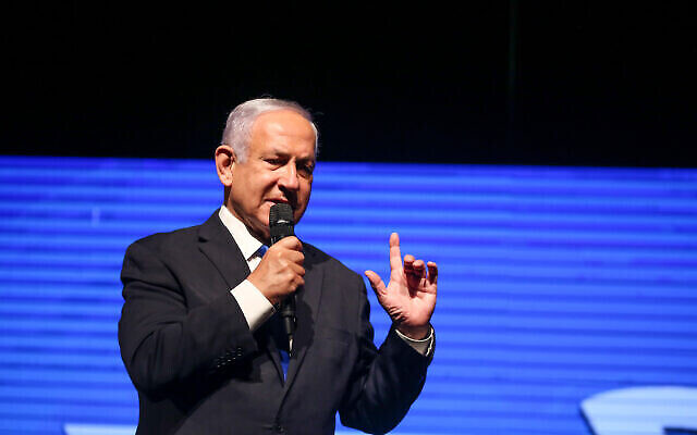 Le premier ministre  de l'époque, Benjamin Netanyahu, lors d'un événement électoral du parti Likoud dans la ville de Safed, dans le nord d'Israël, le 8 mars 2021. (Crédit : DavidCohen/Flash90)