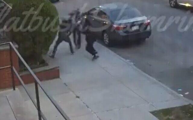 Deux hommes agressent un homme juif sur le chemin de la synagogue, le 16 juillet 2021 (Crédit : Capture d'écran/Shomrim)