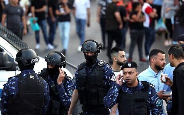 La police palestinienne empêche les manifestants de se rassembler dans la ville de Ramallah, en Cisjordanie, avant une manifestation prévue contre l'Autorité palestinienne, le 5 juillet 2021 (Crédit: ABBAS MOMANI / AFP).