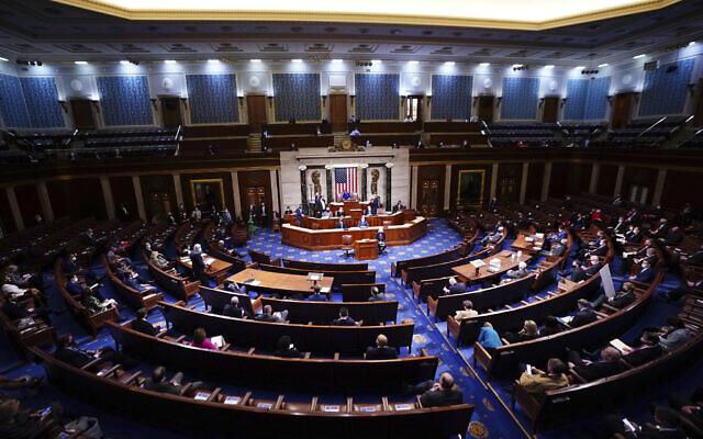 Illustration : Sur cette photo du 6 janvier 2021, la présidente de la Chambre des représentants, Nancy Pelosi,  prend la parole dans la salle de la Chambre. (Crédit : Jim Lo Scalzo/Pool via AP)