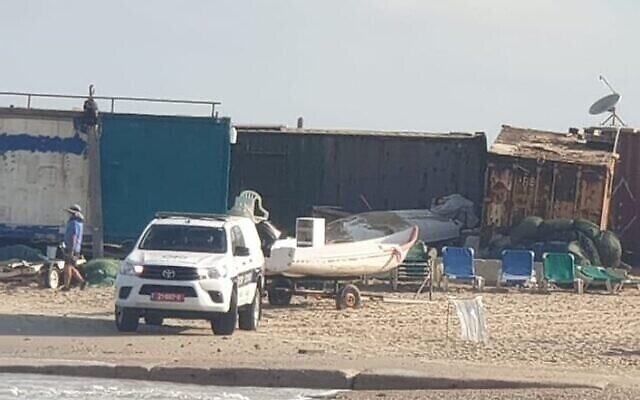 La police pendant une opération de recherche et de sauvetage d'un adolescent emporté par la mer au large de Hadera, le 5 juillet 2021. (Crédit : Police israélienne)