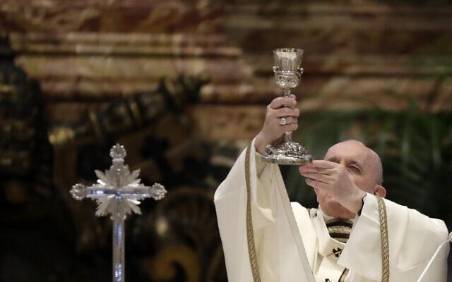 Sur cette photo d'archive du jeudi 1er avril 2021,le pape François célèbre une messe dans la basilique Saint-Pierre, au Vatican. Au cours de la messe, le pontife bénit une quantité symbolique d'huile qui sera utilisée pour administrer les sacrements pendant l'année. Le pape François a pris des mesures sévères contre la diffusion de l'ancienne messe en latin le vendredi 16 juillet 2021, revenant sur l'une des décisions phares du pape Benoît XVI dans un défi majeur aux catholiques traditionalistes. (Crédit  : APPhoto/Andrew Medichini)
