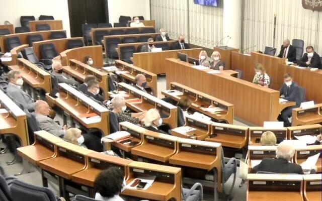Le sénat polonais lors du débat controversé sur la restitution des biens. (Capture d'écran : Facebook)