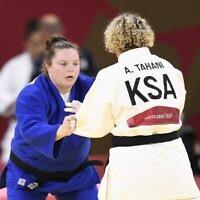 La judoka saoudienne Tahani Alqahtani affronte l'Israélienne Raz Hershko, lors des Jeux olympiques de Tokyo 2020, le 30 juillet 2021.(Crédit : Comité olympique israélien)