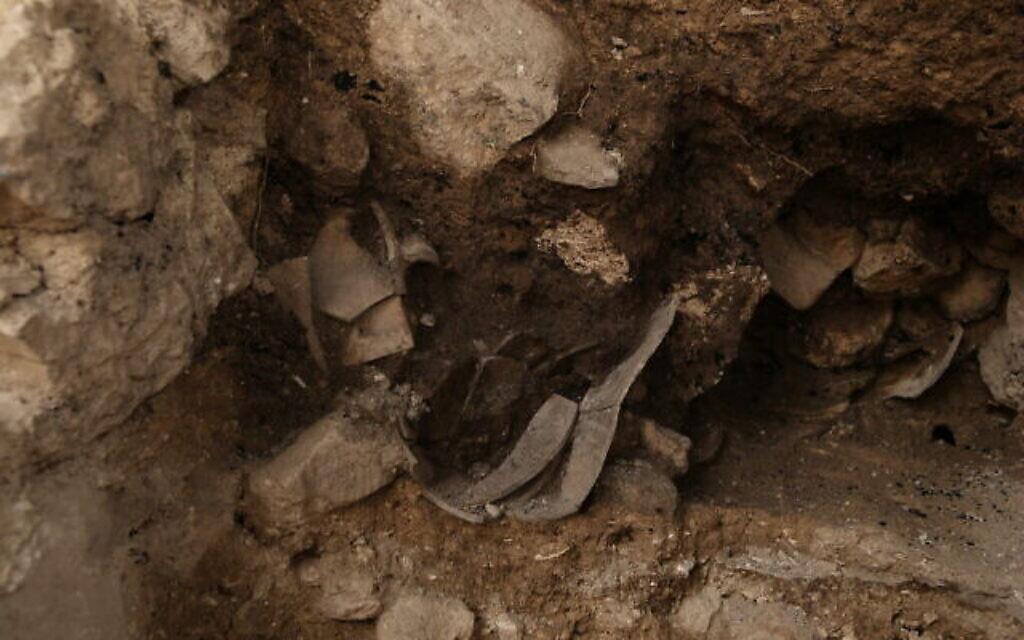 Vestiges de destruction découverts lors de fouilles précédentes sur les ruines du mur de l'époque du Premier Temple qui protégeait la partie orientale de Jérusalem. (Crédit : Eliyahu Yanai/ Archives de la Cité de David)
