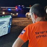 Les équipes de recherche et de sauvetage de la police utilisent un drone équipé d'une caméra thermique pour tenter de retrouver deux personnes emportées par les eaux de la mer Morte, le 23 juillet 2021 (Crédit : Police israélienne).