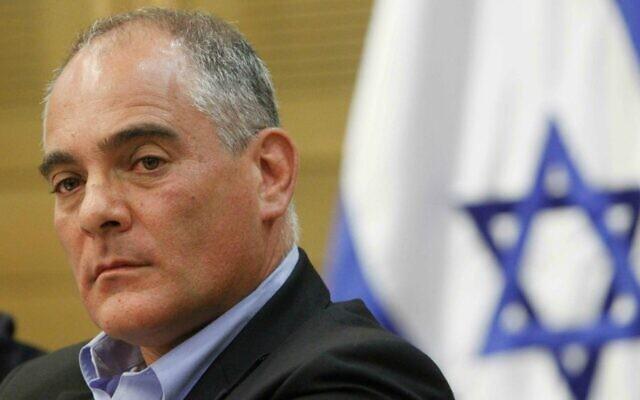Le député Ronen Hoffman, alors membre du parti Yesh Atid, prochain ambassadeur d'Israël au Canada, lors d'une réunion du comité à la Knesset, le 30 mai 2013. (Crédit : Miriam Alster/Flash90)