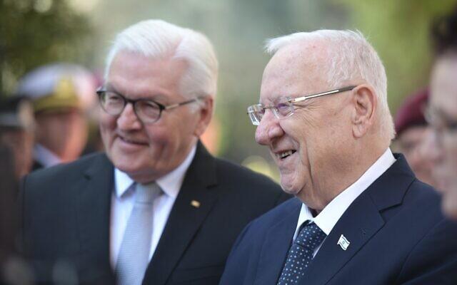 Le président Reuven Rivlin, à droite, accueille le président allemand Frank-Walter Steinmeier à la résidence du président de Jérusalem, le 1er juillet 2021. (Crédit : Kobi Gideon/GPO)