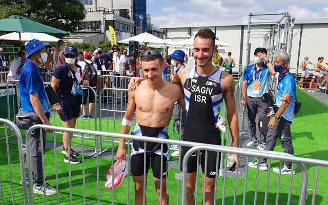 Les frères et triathlètes olympiques israéliens Ran (à gauche) et Shachar Sagiv, après le triathlon des Jeux de Tokyo, le 26 juillet2021. (Crédit : Comité olympique israélien)