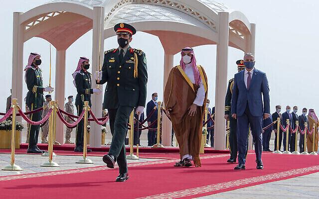 Le prince héritier saoudien Mohammed bin Salman, au centre à droite, accompagne le premier ministre irakien Mustafa al-Kadhimi à son arrivée à l'aéroport international de Riyad, en Arabie saoudite, le 31 mars 2021. Kadhimi s'est rendu en Arabie saoudite peu avant une première série de pourparlers directs tenus en avril à Bagdad entre les rivaux régionaux que sont l'Arabie saoudite et l'Iran. (Crédit : Bandar Aljaloud/Palais royal saoudien via AP,Fichier)