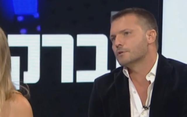 L'agent de mannequinat israélien Shai Avital parle avec la Douzième Chaîne news. (Crédit : capture d'écran vidéo)