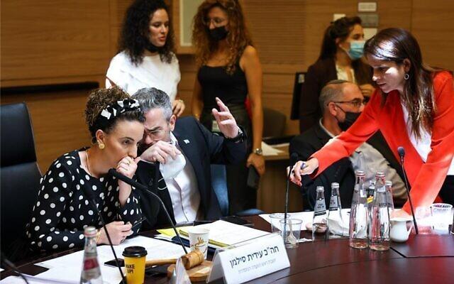 Des législateurs lors d'une réunion de la Commission des arrangements à la Knesset, le 12 juillet 2021. (Crédit : Noam Moskowitz/ bureau du porte-parole de la Knesset)
