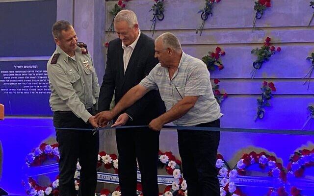 Le ministre de la Défense Benny Gantz (au centre) et le chef d'État-major Aviv Kohavi (à gauche) inaugurent un monument en mémoire des soldats de l'armée du sud-Liban tombés au combat, à Metulla, le 4 juillet 2021. (Crédit :  Ariel Hermoni/ministère de la Défense)