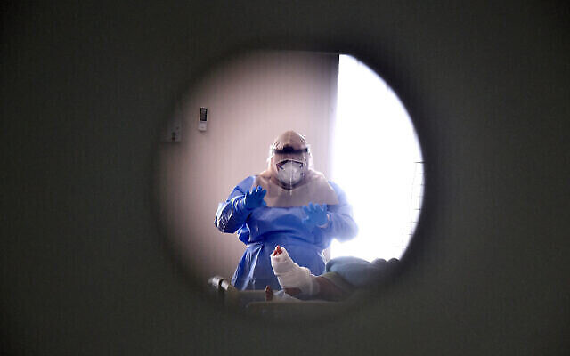 Illustration : un membre du personnel du centre médical Soroka travaille dans le service des coronavirus, le 15 septembre 2020. (Crédit : YossiZeliger/Flash90)