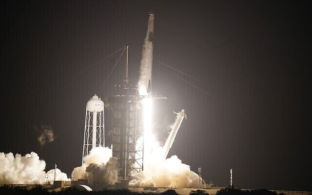 Une fusée Falcon9 de SpaceX, avec la capsule CrewDragon attachée, décolle du complexe de lancement 39-A du Centre spatial Kennedy, le 15 novembre 2020, à Cap Canaveral, en Floride. (Crédit : AP Photo/JohnRaoux)