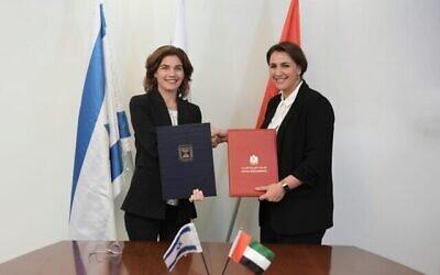 La ministre de l'environnement Tamar Zandberg et la ministre de la sécurité alimentaire et de l'eau des EAU Mariam Al-Muhairi signent un accord à Jérusalem le 15 juillet 2021. (Crédit : Boaz Oppenheim/GPO)