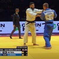 Crédit : capture d'écran de la vidéo du judoka israélien Tohar Bulbul, à gauche, lors de la finale dans la catégorie des hommes de moins de 73kg aux Championnats d'Europe de judo, le 17 avril 2021. (Crédit: YouTube)