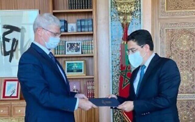 Le directeur général du ministère des Affaires étrangères, Alon Ushpiz, remet une lettre du ministre des Affaires étrangères, Yair Lapid, à son homologue marocain, Nasser Bourita, à Rabat, le 7 juillet2021 (Crédit : Reut Shafir Ben Naftali).