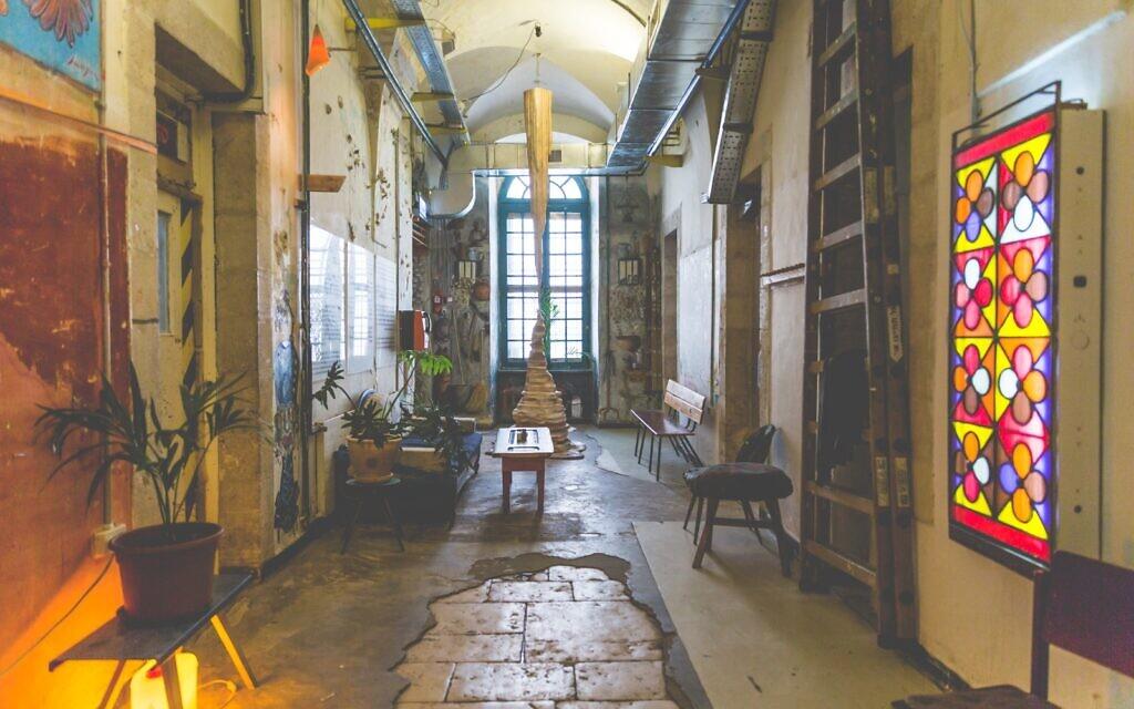 Le premier étage du collectif d'art HaMiffal. (Autorisation / Itamar Ginsburg)