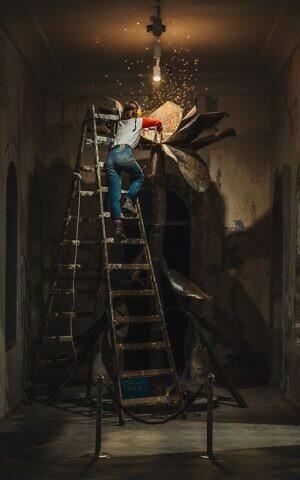 Un artiste travaillant sur une installation au collectif d'art HaMiffal à Jérusalem. (Autorisation / Itamar Ginsburg)