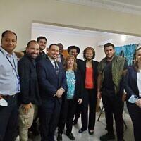 (De gauche à droite) L'ambassadeur adjoint de France au Nigeria Olivier Chatelais, David Benaym, Andrew Leibman, l'ambassadeur israélien par intérim au Nigeria Yotam Kreinman, l'attaché juridique de l'ambassade des États-Unis au Nigeria Ahmadi Uche, l'ambassadrice adjointe des États-Unis au Nigeria Kathleen FitzGibbon, le rabbin Chabad d'Abuja Mendy Sternbach ; le représentant des services aux citoyens américains au Nigeria, Rudy Rochman et Gabbi Kreinman posent pour une photo à Chabad Lubavitch à Abuja, au Nigeria, le 28 juillet 2021, après la libération de Leibman, Rochman et Benaym. (Autorisation)