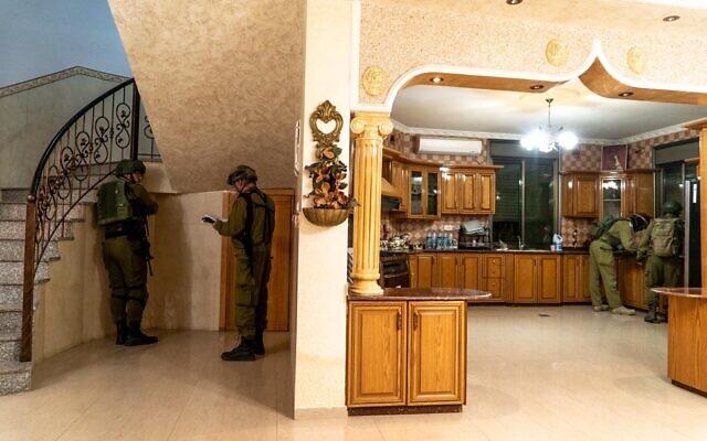 Les soldats israéliens cartographient l'habitation de Muntasir Shalabi, un Palestinien soupçonné d'avoir commis un attentat par arme à feu, avant sa potentielle démolition à Turmus Ayya, en Cisjordanie, le 6 mai 2021. (Crédit : Armée israélienne)