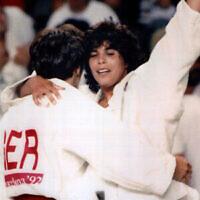 L'athlète olympique israélienne de judo Yael Arad, à droite, célèbre et embrasse son adversaire allemande, Frauke Eickoff, après avoir remporté le match de demi-finale aux Jeux olympiques de Barcelone, le 30juillet 1992. (Crédit : Photo AP)