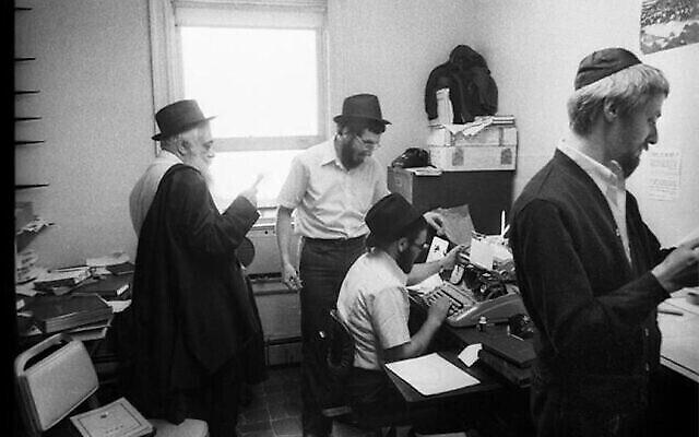 Le rabbin Yoel Kahn, à gauche, vers 1979, a dirigé des équipes de jeunes érudits du mouvement hassidique Chabad-Lubavitch dans les arts de la mémorisation, de la répétition et de la transcription. (Crédit : Jewish Educational Media/The Living Archive via JTA)