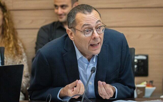 Le député Zvi Hauser assiste à une réunion de la Commission des dispositions à la Knesset à Jérusalem, le 21 juin 2021 (Crédit : Yonatan Sindel/Flash90)