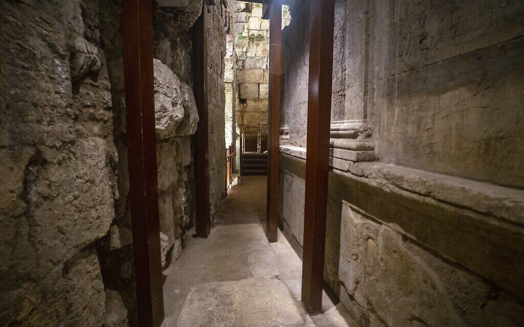 Les vestiges du magnifique bâtiment de 2000 ans récemment excavé et qui sera ouvert au public dans le cadre de la visite des tunnels du Mur occidental dans la vieille ville de Jérusalem. (Yaniv Berman/Autorité israélienne des antiquités)
