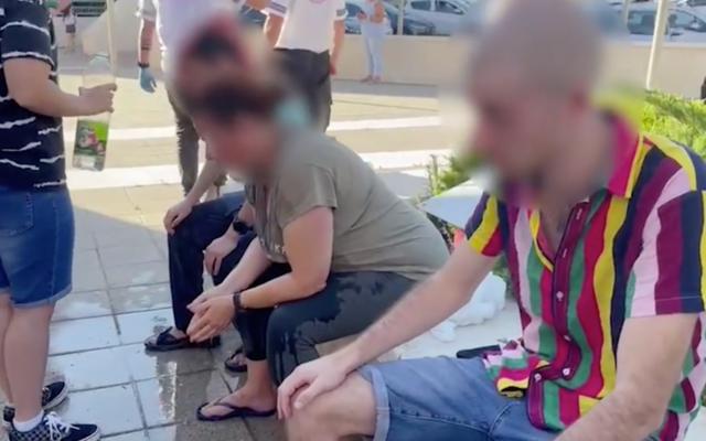 Trois participants à la gay pride d'Ariel sont soignés après avoir été aspergés de spray au poivre le 8 juillet 2021. (Capture d'écran/YouTube)