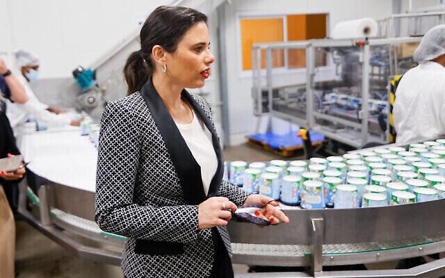 La ministre de l'Intérieur Ayelet Shaked visite l'usine Ben and Jerry's en Israël, le 21 juillet 2021. (Crédit: Flash90)