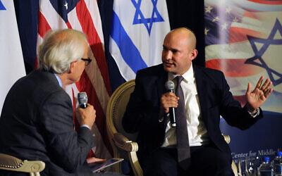 Illustration : Naftali Bennett (R), alors président du parti du Foyer juif, est interviewé par Martin Indyk, vice-président exécutif de Brookings, à l'Institut Brookings à Washington, le 6 décembre 2014. (Institut Brookings)